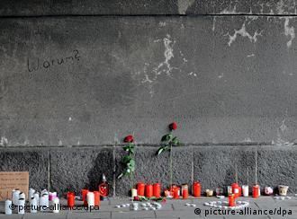 Цветы и свечи жертвам катастрофы