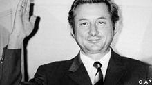 ARCHIV - Theo Albrecht winkt am 17. Dezember 1971 am Fenster seiner Essener Villa den Fotografen und Kameraleuten zu. Albrecht war 1971 entführt worden, das Bild zeigt ihn nach seiner Freilassung. Theo Albrecht, einer der beiden Gründer des Discount-Riesen Aldi, ist tot. Das teilte Aldi am Mittwoch (28.07.2010) mit. Foto: Roland Scheidemann dpa +++(c) dpa - Bildfunk+++