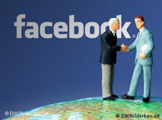 Symbolbild: Figuren vor Facebook-Logo. (Foto: DW-Grafik: Peter Steinmetz)