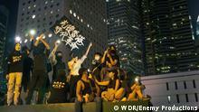 """Zur ARTE-Sendung Hongkong Eine Stadt im Widerstand Das Gesetz zur nationalen Sicherheit verbietet die Parole """"Liberate Hong Kong, Revolution of Our Times"""", die sich seit Juli 2019 durchgesetzt hat. © Enemy Productions Foto: WDR Honorarfreie Verwendung nur im Zusammenhang mit genannter Sendung und bei folgender Nennung Bild: Sendeanstalt/Copyright. Andere Verwendungen nur nach vorheriger Absprache: ARTE-Bildredaktion, Silke Wölk Tel.: +33 3 90 14 22 25, E-Mail: bildredaktion@arte.tv"""
