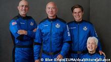 Ein undatiertes Handout-Foto zeigt Mark Bezos (l-r), Bruder von Jeff Bezos, Milliardär Jeff Bezos, Gründer von Amazon und des Weltraumtourismus-Unternehmens Blue Origin, Oliver Daemen, aus den Niederlanden und Wally Funk, Luftfahrtpionier aus Texas. Die vier wollen am Morgen des 20. Juli an Bord der New Shepard-Rakete seines Unternehmens Blue Origin zum Rand des Weltraums starten. (Wiederholung mit verändertem Bildausschnitt) +++ dpa-Bildfunk +++
