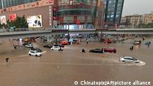 Kendaraan terjebak banjir di Zhengzhou, Cina