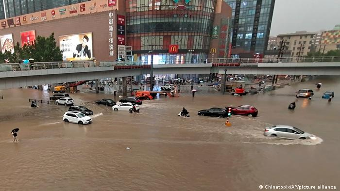 China: Heavy rains cause deadly floods in Henan province | News | DW |  20.07.2021