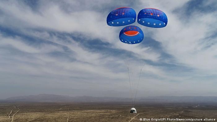 جف بزوس و همراهانش پس از حدود ۱۰ دقیقه به زمین بازگشتند. چتر نجات کپسول آنها باز شد و این کپسول با سرعت ۱۶ متر بر ساعت کاهش ارتفاع داده و در صحرای تگزاس فرود آمد.