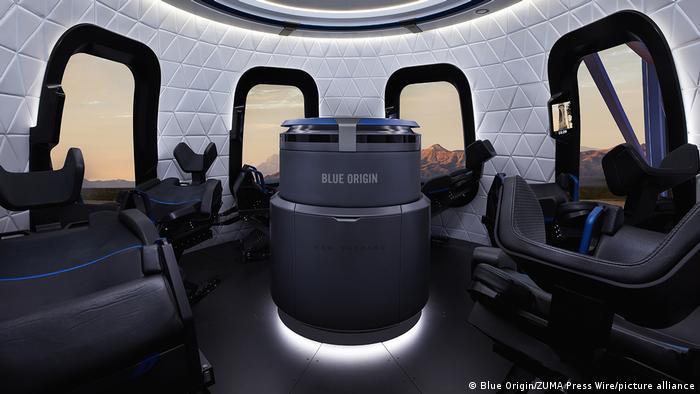 تصویری از درون سفینه فضایی که مسافران را به فضا رساند. جف بزوس بر روی صندلی شماره ۶، برادرش بر روی صندلی شماره ۴، اولیور دیمن صندلی ۱ و والی فانک بر روی صندلی شماره ۳ نشسته بودند.