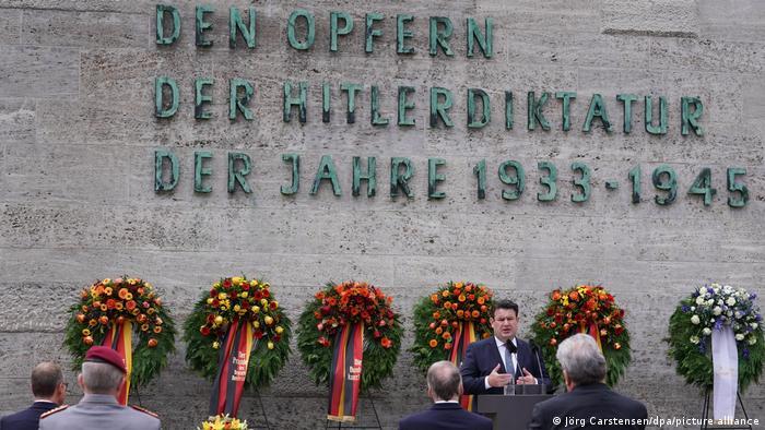 Povodom 77 godina od neuspelog atentata oficira Vermahta na Hitlera ministar Hubertus Hajl (SPD) je položio cveće na spomenik žrtvama nacističke diktature. Oficiri na čelu sa pukovnikom Klausom fon Štaufenbergom pokušali su 20. jula 1944. bombom da ubiju Hitlera i okončaju rat. Štaufenberg i još trojica saučesnika ubijeni su 21.jula 1944, a kasnije još oko 90 saučesnika i pristalica ovog poduhvata
