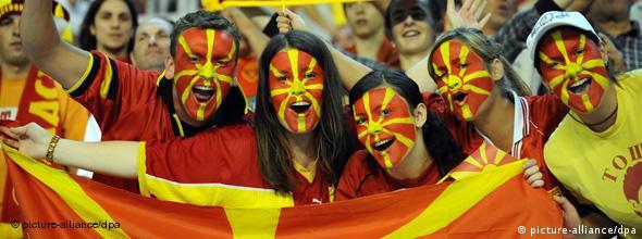 NO FLASH Mazedonien Fans Feier Flagge