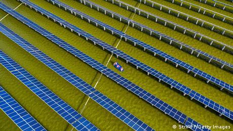 BdTD l China, Arbeiter kontrollieren die Solaranlage in Haian
