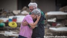 19.7.2021, Altenahr*** Weinend liegen sich zwei Brüder vor ihrem von der Flut zerstörten Elternhaus in den Armen. Zahlreiche Häuser in dem Ort wurden komplett zerstört oder stark beschädigt, es gibt zahlreiche Todesopfer.