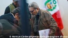 12 September 2018, Perú, Lima: Abimael Guzmán, fundador de Sendero Luminoso, toma asiento en una audiencia ante la justicia. Los tribunales sentencieraon a cadena perpetua a nuevemiembros de la cúpula del grupo ultraizquierdista armado por un atentado con coche-bomba que dejó 25 muertos en Lima en 1992. (Vinculado al texto de dpa Perú: Cadena perpetua para cúpula de Sendero Luminoso por atentado) Foto: Norman Córdova/Agentur Andina/dpa +++ dpa-fotografia +++ +++ dpa-Bildfunk +++