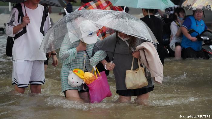 河南连日强降雨 郑州数十人丧生 新乡再降暴雨