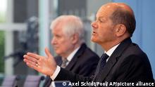 21.07.2021   Federal Minister of Finance Olaf Scholz, right, and Federal Minister of the Interior Horst Seehofer attend a press conference on federal flood aid in Berlin, Germany, Wednesday, July 21, 2021. (AP Photo/Axel Schmidt, Pool)