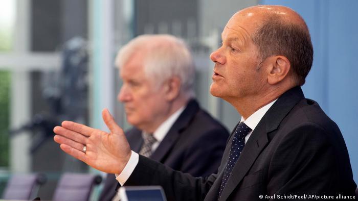 Ministri financija Olaf Scholz (d) i unutarnjih poslova Horst Seehofer