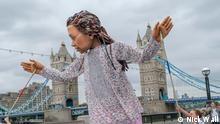 *** Bitte nur in Zusammenhang mit der Berichterstattung verwenden *** die überlebensgroße Puppe Amal vor der Tower Bridge in London mit ihren Puppenspielern.