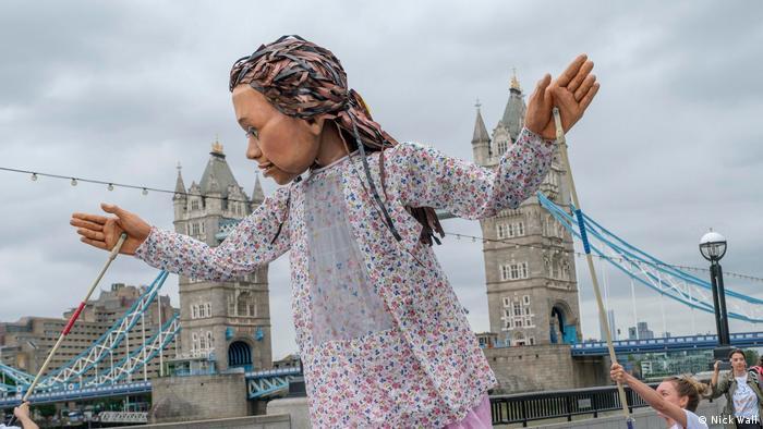 Marionete gigante Little Amal, do projeto de teatro de rua The Walk
