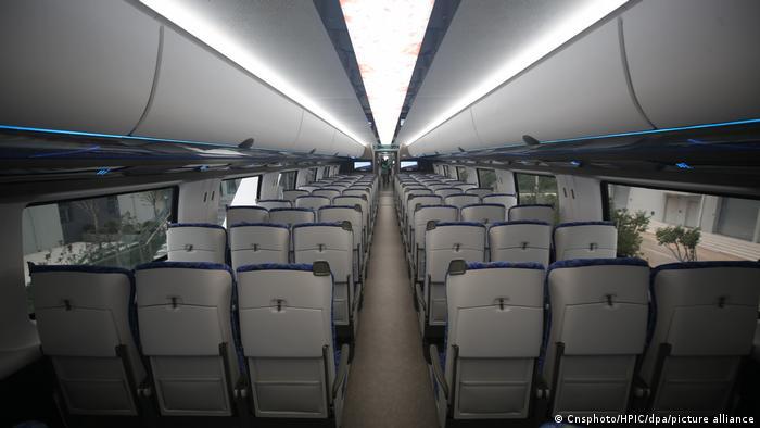 Vista interior del sistema de transporte de levitación magnética de alta velocidad a 600 km/h.