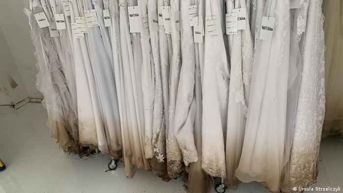 Powódź zniszczyła połowę z 500 sukienek ślubnych