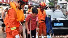 (210721) -- ZHENGZHOU, July 21, 2021 (Xinhua) -- People are transferred to a safe place in Mihe Town of Gongyi City, central China's Henan Province, July 21, 2021. Mihe Town suffered great damage due to the heavy rainfall on July 20, with a large number of roads damaged and vehicles flooded. (Xinhua/Li Jianan) Ort ZHENGZHOU, 21/07/2021