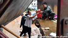 (210721) -- ZHENGZHOU, July 21, 2021 (Xinhua) -- Food is delivered in Mihe Town of Gongyi City, central China's Henan Province, July 21, 2021. Mihe Town suffered great damage due to the heavy rainfall on July 20, with a large number of roads damaged and vehicles flooded. (Xinhua/Li Jianan) Ort ZHENGZHOU, 21/07/2021