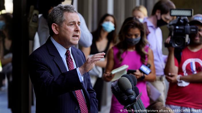 Harvey Weinsteins Anwalt Mark Werksman bei seinem Pressestatement vor dem Justizgebäude in Los Angeles
