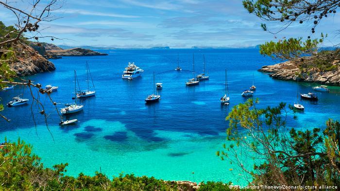 Yates en la costa de Ibiza.