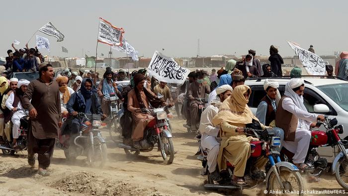 Afghanistan   Menschenmenge auf Fahrzeugen mit Taliban Flaggen in Chaman