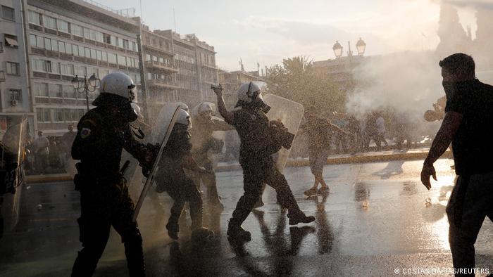 Yunanistan ve Kıbrıs'taki korona karşıtı gösterilerde zaman zaman şiddet yaşanıyor