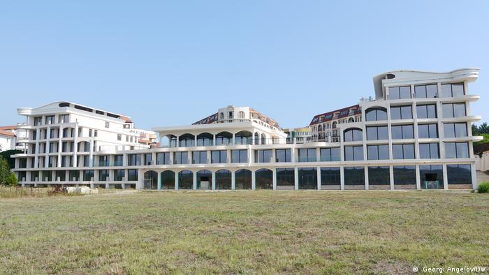 Официално на Бутамята се строят три вили.