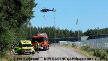 21.07.2021, Schweden, Eskilstuna: Polizei, Feuerwehr und Rettungsdienst sind im Einsatz. Zwei Insassen einer geschlossenen Haftanstalt in Schweden haben nach Medienberichten zwei Wärter als Geiseln genommen. Sie verschanzten sich in einem Wachraum des Gefängnisses Hällby gut 100 Kilometer westlich von Stockholm. Foto: Per Karlsson/TT NEWS AGENCY/AP/dpa +++ dpa-Bildfunk +++