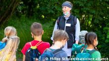 09.06.2021 | Sandra Miene (M), Umweltpädagogin, ist mit Schülern in der Natur unterwegs. In Lüneburg ist die Draußenschule mit wöchentlichen Ausflügen in die Natur gestartet. Damit ist die Hansestadt in Niedersachsen Vorreiter, in Hamburg und Schleswig-Holstein wird schon eifrig im Wald gelernt.