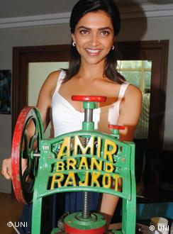 Mumbai - Jul 20 - (UNI) - Bollywood actress Deepika Padukoneposing with a traditional ice candy machine as a promotionalfor her upcoming movie Lafangey Parindey in Mumbai on Monday night. UNI PHOTO - 30U
