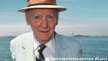 Der polnisch-amerikanische Schriftsteller Isaac Bashevis Singer im August 1989 in New York. Singer gilt als einer der bedeutensten Erzähler jiddischer Sprache. Er wurde am 14.7.1904 in Radzymin nahe Warschau geboren, kam 1935 in die USA und wurde 1943 amerikanischer Staatsbürger. Zu seinen bekanntesten Werken gehören Der Zauberer von Lublin, Jacob der Knecht, Mein Vater, der Rabbi und Das Erbe. 1978 erhielt Singer den Nobelpreis für Literatur. Er verstarb am 24.7.1991 in Miami/Florida.