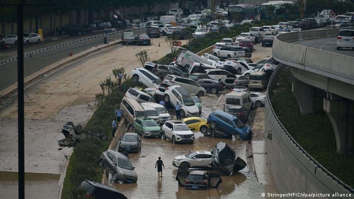 Mobil-mobil terserat air saat banjir menerjang kota Zhengzhou