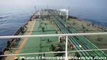 Dieses Foto, das von der offiziellen Nachrichtenagentur des iranischen Ölministeriums veröffentlicht wurde, zeigt den iranischen Öltanker Sabiti auf einer Fahrt durch das Rote Meer. Im Roten Meer vor Saudi-Arabien ist es nach Angaben des iranischen Ölministeriums zu einer Explosion auf dem iranischen Öltanker gekommen. Dem Ministerium zufolge wurde das Schiff am Freitagmorgen 60 Seemeilen (rund 110 Kilometer) von der saudi-arabischen Hafenstadt Dschidda entfernt von zwei Raketen getroffen. +++ dpa-Bildfunk +++