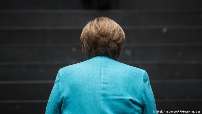 Chefe de governo alemã, Angela Merkel, de costas