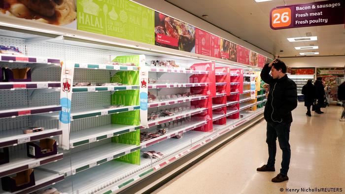 Konsumen di London memandangi kosongnya rak-rak di supermarket