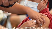 April 12, 2021: EUM20210412SAL06.JPG.TUXTLA GUTIÉRREZ, Chis., Vaccine/Vacuna/Coronavirus.- Aplican la segunda dosis contra Covid-19 a los adultos mayores en Tuxtla Gutiérrez, Chiapas. Lunes 12 de abril de 2021. Foto: Agencia EL UNIVERSAL/RDB. (Credit Image: © El Universal via ZUMA Wire