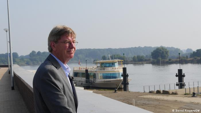 Jos Teeuwen este mândru de noul zid anti-inundaţii din Neers
