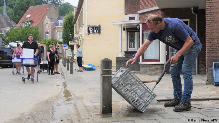 După inundaţii Jan Laumen încearcă să mai salveze ce se poate salva.