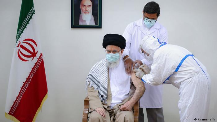 در حالی که ایران وارد موج پنجم کرونا میشد، علی خامنهای، رهبر جمهوری اسلامی ورود واکسنهای آمریکایی و انگلیسی به کشور را ممنوع اعلام کرد. او پس از ماهها تعلل در واکسیناسیون عمومی و بعد از مرگ دهها هزار تن کرونا را مسئله مبرم ایران خواند و خواهان تامین واکسن به هر شکل ممکن شد.