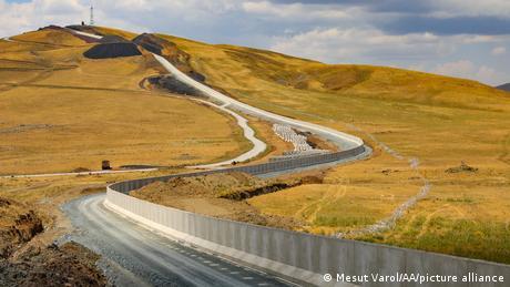 Türkei Region Van   Bau einer Betonwand an der Grenze zu Iran
