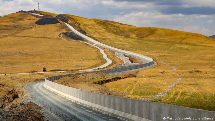 دولت ترکیه درحال ساخت یک دیوار مرزی بتنی به طول ۶۳ کیلومتر در استان شرقی وان و در امتداد مرزهای مشترک با ایران است.