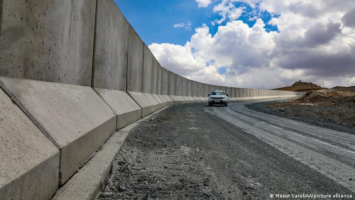 متخصصان محیط زیست میگویند، کشیدن این دیوار مرزی تردد حیات وحش در این منطقه را محدود میکند و آثار مخربی در دراز مدت بر روی محیط زیست خواهد داشت. از سوی دیگر این دیوار میتواند چرخه هیدرولوژیکی منطقه را تحت تاثیر قرار دهد و مانع از رسیدن سیلابها به تالابها شود.