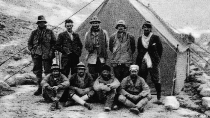 1924 में एवरेस्ट के बेस कैंप पर मालोरी और उनकी टीम.