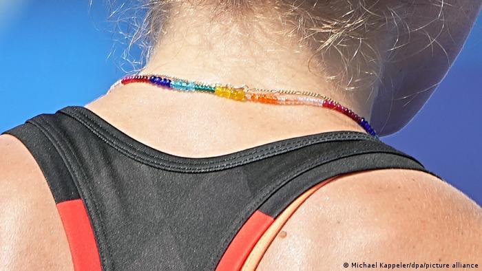 A atleta alemã de hóquei Nike Lorenz com um colar nas cores do arco-íris.