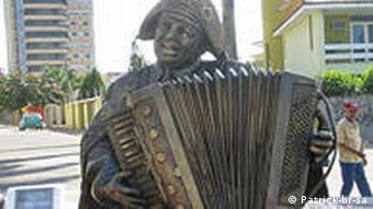 Bronze Statue des Forró Königs Luiz Gonzaga mit Akkordeon in Campina Grande (Paraíba), Brasil (Foto: Patrick-br-sa)