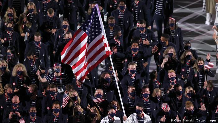 کاروان ورزشکاران آمریکایی همیشه بزرگترین کاروان المپیک بوده و در پایان هم معمولا بیشترین مدالها را درو میکند. همه ماسک داشتند و ایده لباسها از پرچم این کشور گرفته شده بود.