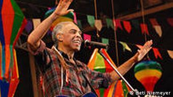 Gilberto Gil steht mit erhobenen Händen auf der Bühne und tanzt (Foto: Beti Nimeyer)