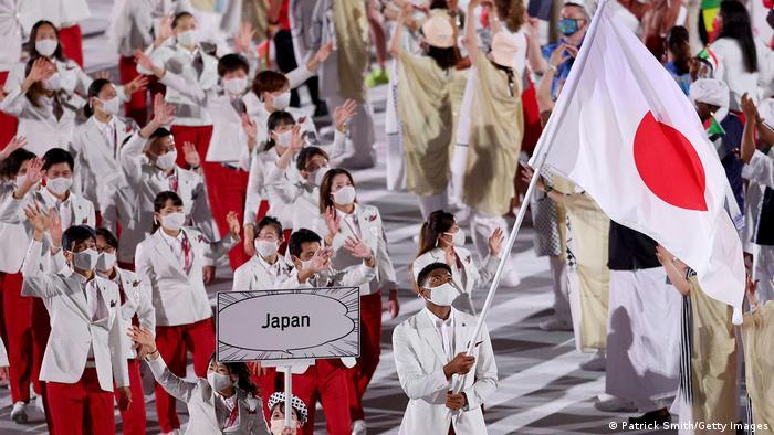 Delegação japonesa desfila