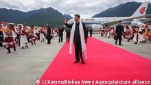 21.07.21 *** (210723) -- LHASA, July 23, 2021 (Xinhua) -- Chinese President Xi Jinping, also general secretary of the Communist Party of China (CPC) Central Committee and chairman of the Central Military Commission, arrives at the Nyingchi Mainling Airport and is warmly welcomed by local people and officials of various ethnic groups in southwest China's Tibet Autonomous Region, July 21, 2021. Xi visited the Tibet Autonomous Region from Wednesday to Friday. He extended congratulations to the 70th anniversary of Tibet's peaceful liberation and visited officials and ordinary people of various ethnic groups. (Xinhua/Li Xueren)